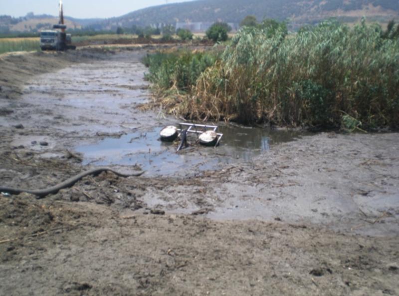 שאיבת מים מבריכת השיקוע עם משאבת טבולה על מצופים
