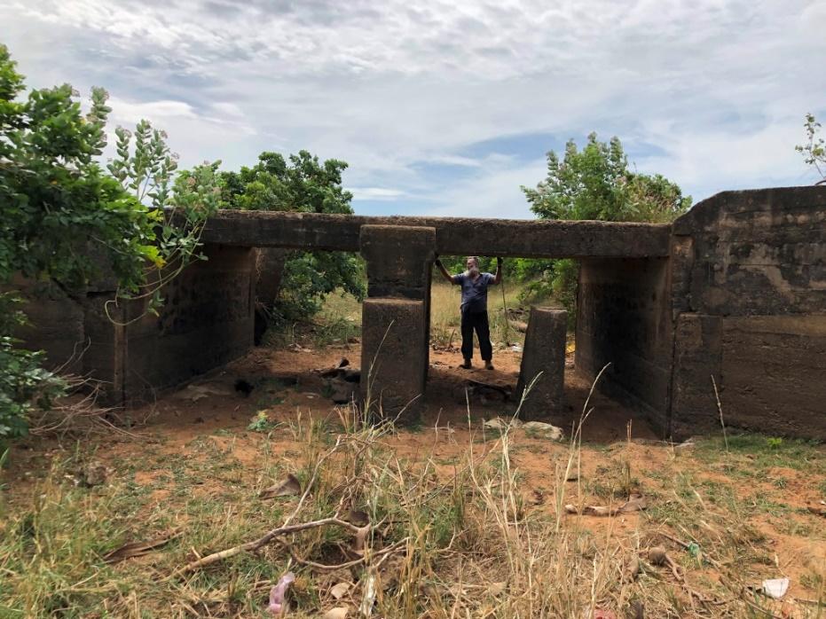 מבנה שערים פגום בתעלה הראשית בתוך החווה